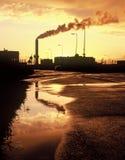 Fabrik am Sonnenuntergang Stockbild
