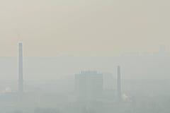 Fabrik und Kamine in einem Nebel Stockbilder