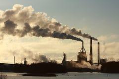 Fabrik und Rauch Lizenzfreie Stockbilder