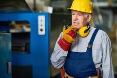 Fabrik-Vorarbeiter Speaking durch Funkgerät lizenzfreies stockbild