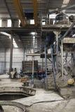 Fabrik zuhause Riesige industrielle Mischer acces Treppe, Kran wi Stockfotografie