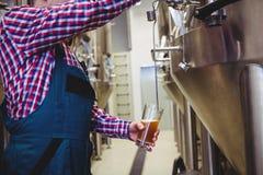 Fabrikant het vullen bier van opslagtank Royalty-vrije Stock Foto's