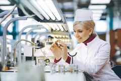 Fabrikelektronikarbeitskraft lizenzfreies stockfoto