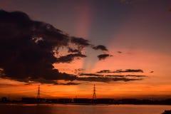 Fabriken lokaliseras i solnedgång arkivfoto