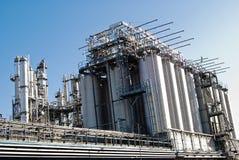 fabriken pipes silos Fotografering för Bildbyråer