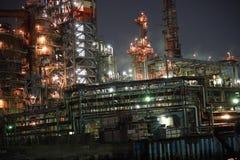 Fabriken sehen von einem Kanal nachts in Kawasaki, Tokyo an Lizenzfreie Stockfotografie