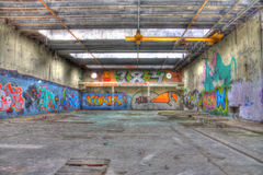 Fabrikhalle mit gelbem Kran Stockfotos