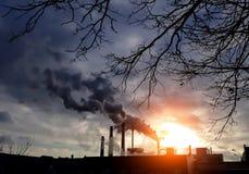 Fabrikkamine mit schwarzem Rauche Fabrikschornsteine Blauer Hintergrund Umweltverschmutzungskonzept Umweltkatastrophekonzept stockbild