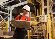 Fabrikladevorrichtung bei der Arbeit lizenzfreie stockbilder
