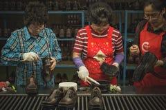 Fabriklinie, die Schuhe konstruiert lizenzfreie stockfotografie