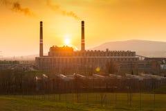 Fabrikrauch bei Sonnenuntergang Stockfotos