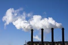 Fabrikrohr, das mit einem weißen Rauche raucht Lizenzfreies Stockfoto