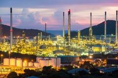 Fabriks- bransch Olje- refineybranschfabrik på natten Fotografering för Bildbyråer