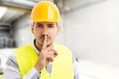Fabriks- eller företagsteknikerdanande hyssjar ner tystnadgest Arkivbild