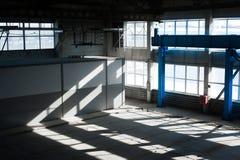 Fabriks- fabrik Tom hangarbyggnad tonad bakgrundsblue Produktionrummet med stora fönster och metallstrukturer Arkivfoto