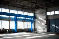 Fabriks- fabrik Tom hangarbyggnad tonad bakgrundsblue Produktionrummet med stora fönster och metallstrukturer Royaltyfri Foto
