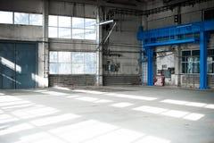 Fabriks- fabrik Tom hangarbyggnad tonad bakgrundsblue Produktionrummet med stora fönster och metallstrukturer Royaltyfri Fotografi