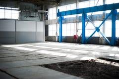 Fabriks- fabrik Tom hangarbyggnad tonad bakgrundsblue Produktionrummet med stora fönster och metallstrukturer Fotografering för Bildbyråer
