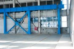 Fabriks- fabrik Tom hangarbyggnad tonad bakgrundsblue Produktionrummet med stora fönster och metallstrukturer Royaltyfri Bild