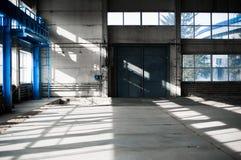Fabriks- fabrik Tom hangarbyggnad tonad bakgrundsblue Produktionrummet med stora fönster och metallstrukturer Arkivbilder