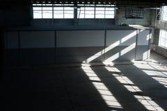 Fabriks- fabrik Tom hangarbyggnad tonad bakgrundsblue Produktionrummet med stora fönster och metallstrukturer Arkivbild