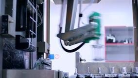 Fabriks- linje på den kemiska fabriken Automatiserad produktionlinje Robotic arm arkivfilmer