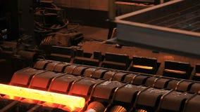 Fabriks- process av metallröret på produktionslinje på metallfabriken lager videofilmer
