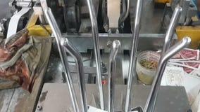 Fabriks- process för pappers- koppar stock video