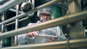 Fabriksarbetare i likformig med minnestavlan, slut upp stock video