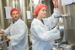 Fabriksarbetare på jobb royaltyfri bild