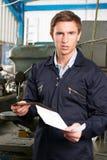 Fabriksarbetare Reading Redundancy Letter Arkivfoton