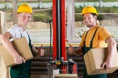 Fabriksarbetare som visar tummar, up tecknet Arkivbilder