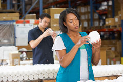 Fabriksarbetaren som kontrollerar godor på produktion, fodrar arkivfoto