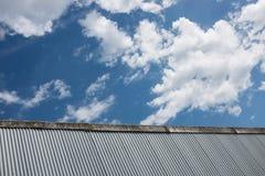 Fabriksbakgrund för korrugerat järn Arkivbilder