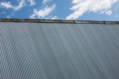 Fabriksbakgrund för korrugerat järn Fotografering för Bildbyråer