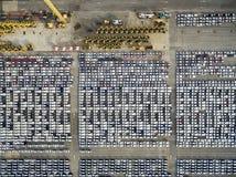 Fabriksbil i väntande på export för sändningsskeppsdocka royaltyfria foton