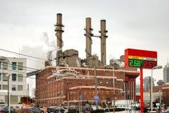 Fabriksbyggnad i en upptagen stads- miljö Royaltyfri Foto