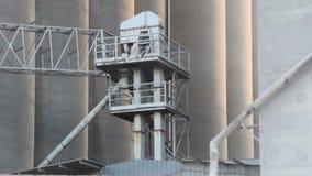 Fabrikschornstein, der Rauch ausstößt stock footage