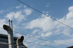 Fabrikschornstein mit Himmel- und Wolkenhintergrund Stockbilder