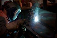 Fabrikschweißer bei der Arbeit Lizenzfreie Stockfotografie