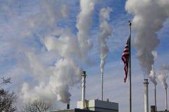 Fabriksfabriksskorsten och amerikanska flaggan Royaltyfri Bild