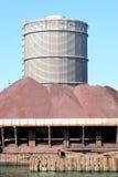fabriksjärn nära malmstållagring arkivbild