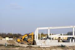 Fabrikskonstruktionsplats med arbetare Royaltyfri Foto