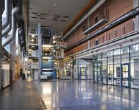 Fabrikskorridor med en stor offsettryckpress i en utskrivande pl fotografering för bildbyråer