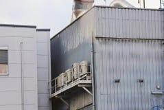 Fabriksproduktionområde, rör och behållare, industriell zon och Co Arkivfoto