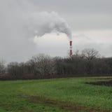 Fabriksrök som kommer ut ur industrianläggningen Arkivfoto