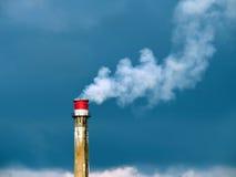 Fabriksröret producerar rök Royaltyfria Foton