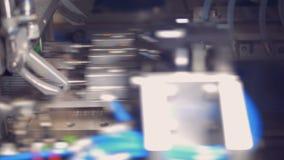 Fabriksutrustning förbinder små paneler på en special monteringsband arkivfilmer
