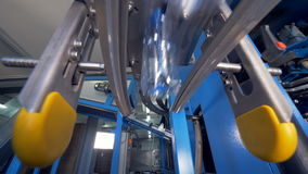 Fabriksutrustning mycket av vattenflaskor arkivfilmer
