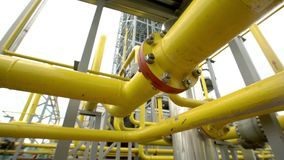 Fabrikverteilung und industrielle Verarbeitung des Erdgases Viele Rohrleitungen und Ventile